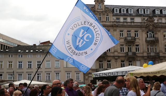 VCW-Erstliga-Team auf der Rheingauer Weinwoche: Mannschaftspräsentation auf Weinfest-Bühne von ESWE Verkehr - Foto: Detlef Gottwald