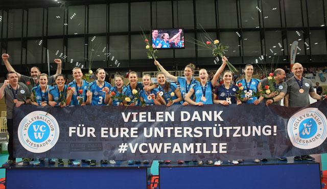 Volleyball-Fest zum Abschluss: VC Wiesbaden feiert die Bronzemedaille - Foto: Detlef Gottwald