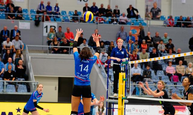 Zuspiel Denise Imoudu auf Jana-Franziska Poll<br>Foto: VT Aurubis Hamburg
