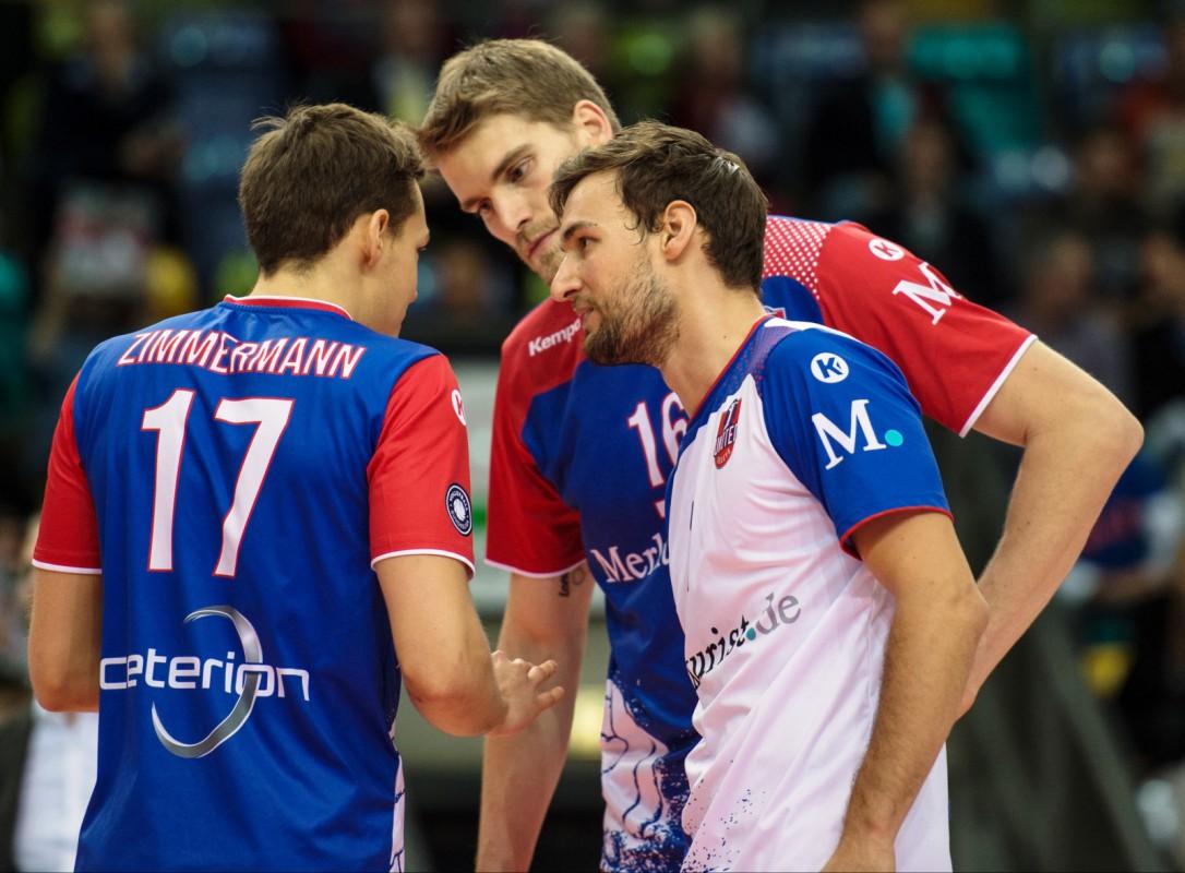 Jan Zimmermann, Christian Dünnes und Florian Ringseis müssen bei der CEV Cup-Premiere auf zwei ihrer Youngster verzichten<br>Foto: United Volleys/Corinna Seibert