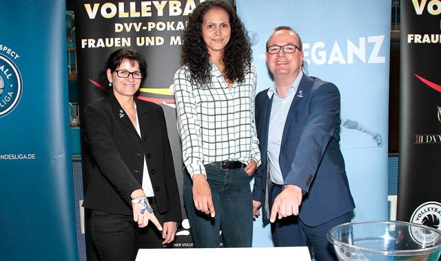 Das Pokal-Viertelfinale wurde in der MBS Arena in Potsdam ausgelost: Managerin Spielbetrieb Viola Knospe, Ex-Spielerin Kathy Radzuweit und VBL-Pressesprecher Frank Bleydorn<br>Foto: Gerhard Pohl