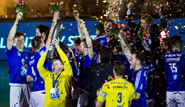 Libero Markus Steuerwald jubelte Ende Januar mit dem DVV-Pokal in der Hand über den Pokalsieg <br>Foto: Nils Wüchner, nils-wuechner.de