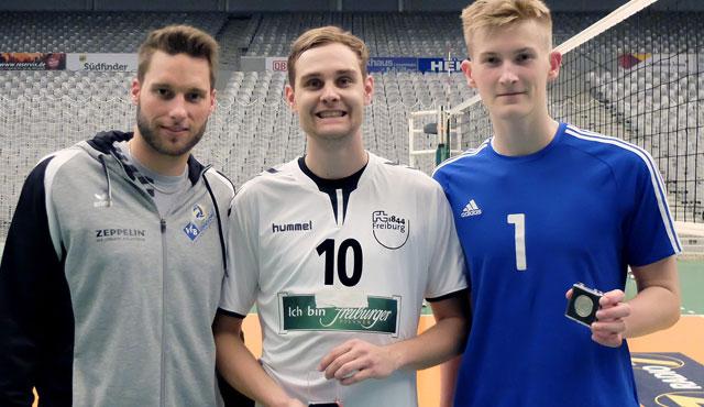 VfB-Profi Simon Tischer zeichnet David Strobel und Lennart Heckel (v. links) als MVPs aus<br>Foto: Gunthild Schulte-Hoppe