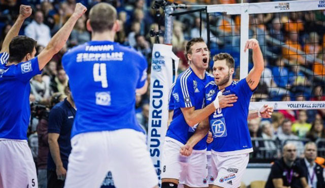 """Friedrichshafens Kapitän Simon Tischer (re.) erwartet ein """"knüppelhartes"""" DVV-Pokalfinale <br>Foto: Sebastian Wells, sportfoto-wells.de"""