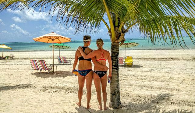 Schluss mit der Urlaubsstimmung: Ein letzter Blick hinaus auf's Meer, dann beginnt für Britta Büthe (links) und Karla Borger in Macaió der harte Kampf um die Olympia-Qualifikation<br>Foto: Srdjan Veckov/pro talents