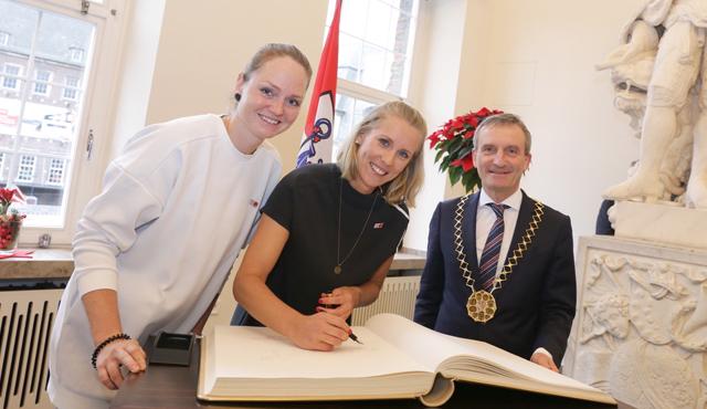 Düsseldorfs Oberbürgermeister Thomas Geisel mit Julia Sude (links) und Karla Borger.<br>Foto: Landeshauptstadt Düsseldorf/Ingo Lammert