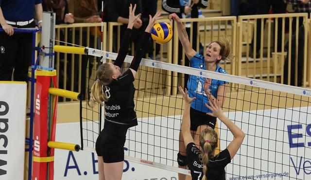 VCW-Mittelblockerin Jennifer Pettke verwandelt den Matchball zum souveränen 3:0-Erfolg<br>Foto: Detlef Gottwald