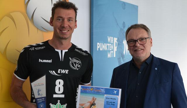 Björn Andrae (l.) erhält den MVP-Pokal und den Reisegutschein von Sports&Travel von VBL-Geschäftsführer Klaus-Peter Jung <br>Foto: VBL