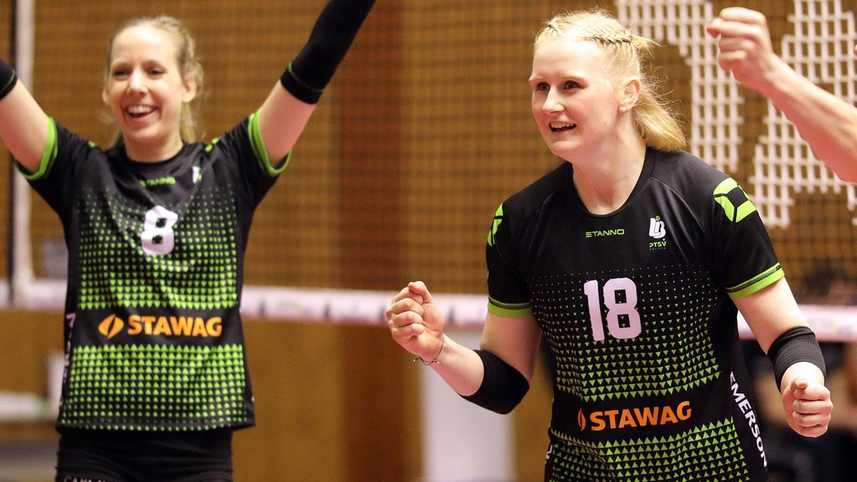 Leonie Schwertmann (rechts) kann auch in der kommenden Saison zusammen mit Jana-Franziska Poll jubeln <br>Foto: Ladies in Black Aachen // Andreas Steindl