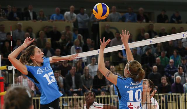 Mittelblockerin Jennifer Pettke macht mit ihrem Team ein gutes Spiel, jedoch geht der Sieg an die Gäste aus Vilsbiburg<br>Foto: Detlef Gottwald