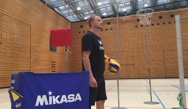 Enard hebt ab, Wasilkowski  - Foto: BR Volleys