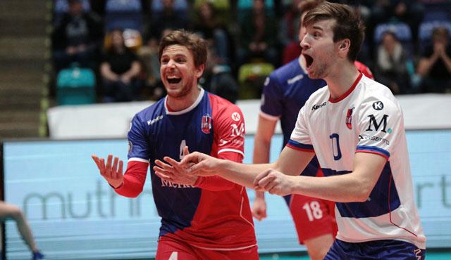 Freude über den ersten Dreifach-Punkterfolg des Jahres: Patrick Steuerwald und Julian Zenger <br>Foto: United Volleys/Gregor Biskup
