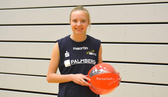 Jennifer Geerties freut sich, dass sich Kurzurlaub.de weiter beim SSC Palmberg Schwerin engagiert<br>Foto: Frank B.
