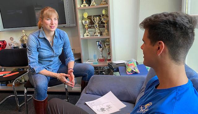 Sportpsychologin Berit Kauffeldt im Gespräch mit einem Nachwuchsvolleyballer.<br>Foto: Gunthild Schulte-Hoppe
