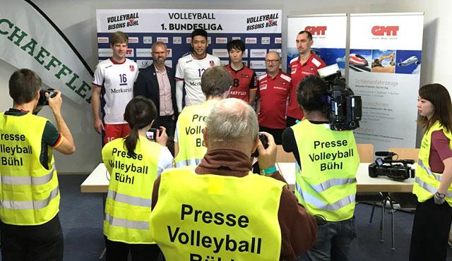 Großes Medieninteresse bei der Pressekonferenz nach Spielende mit United-Chefcoach Michael Warm, Kapitän Sebastian Schwarz und den beiden japanischen Nationalteamkollegen Issei Otake und Masahiro Yanagida<br>Foto: United Volleys