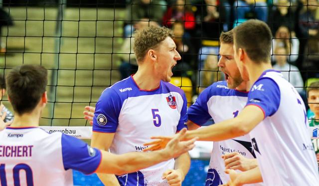 Lukas Bauer (Mitte) spielt auf und neben dem Spielfeld eine wichtige Rolle bei den United Volleys<br>Foto: United Volleys/Gregor Biskup
