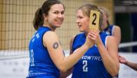 Kirsten Tälkers (links) wurde im Anschluss an die Partie mit der goldenen MVP-Medaille geehrt  Foto: Martin Miseré