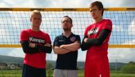 Gemeinsam mit Coach Jan Kahlenbach starten Georg und Peter Wolf am Freitag in die neue Beachvolleyball-Saison Foto: United Volleys