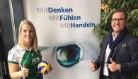 Thomas Zimmer (Geschäftsführer der Ophthalmo Pro GmbH) und Denise Linz (Spielerin der proWIN Volleys TV Holz) besiegeln die neue Premiumpartnerschaft Foto: proWIN Volleys TV
