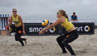 In St. Peter Ording trotzte das NawaRo Beach-Team Sabrina Karnbaum (Vordergrund) und Natascha Niemczyk dem Wetter und landete auf Platz vier  Foto: hoch zwei, smart-beach-tour