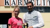 Christoph Kämpf von NawaRo Partner Karmeliten Brauerei freut sich, dass mit Sonja Schweiger ein weiteres Talent aus dem Straubinger Volleyball-Nachwuchs den Sprung ins Team von NawaRo Straubing geschafft hat  Foto: Kettenbohrer