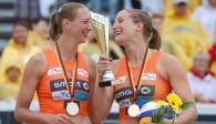 Natascha Niemczyk (links) und Sabrina Karnbaum von NawaRo Straubing strahlten bei der Siegerehrung des smart super cups in Binz um die Wette Foto: Hoch Zwei/Joern Pollex