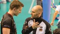 Bundestrainer Matus Kalny im Gespräch mit Maximilian Auste Foto: FiVB