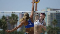 Obenauf in Long Beach: Julia Sude schmetterte sich mit Partnerin Chantal Laboureur zum Gruppensieg Foto: FiVB
