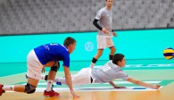 Severin Hauke macht sich lang für die YoungStars und für die Schule. Johann Reusch (links) und Max von Berg schauen zu Foto: Günter Kram