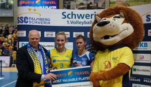 Burkard Wiebe (Teamleitung SSC Palmberg Schwerin), Louisa Lippmann (goldene MVP-Medaille), Renata Sandor (silberne MVP-Medaille) und Schwerins Maskottchen Volleo am Mittwoch nach dem Spiel